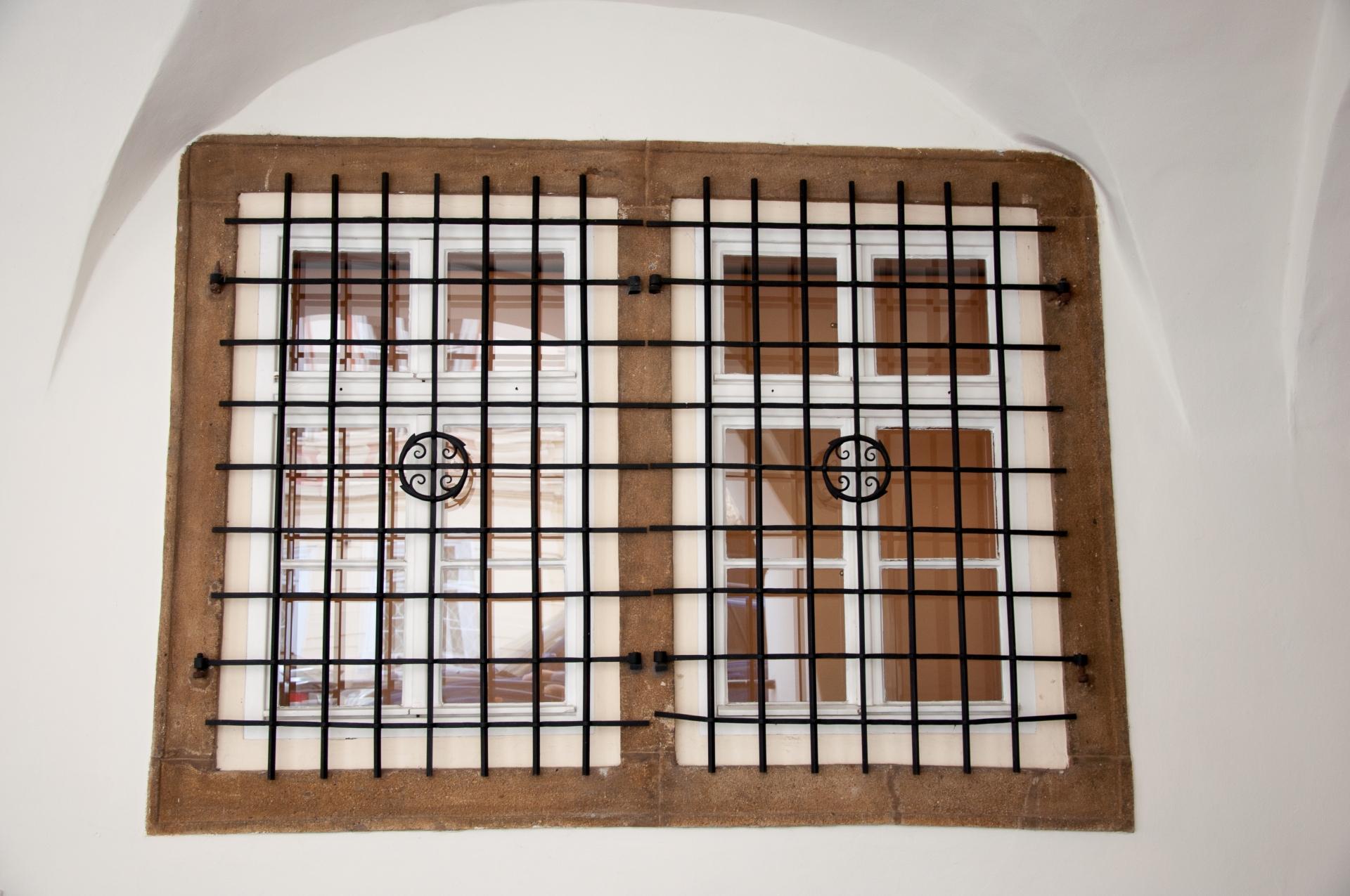 窓用防犯グッズのおすすめ5選!網戸、ベランダ、ガラスに