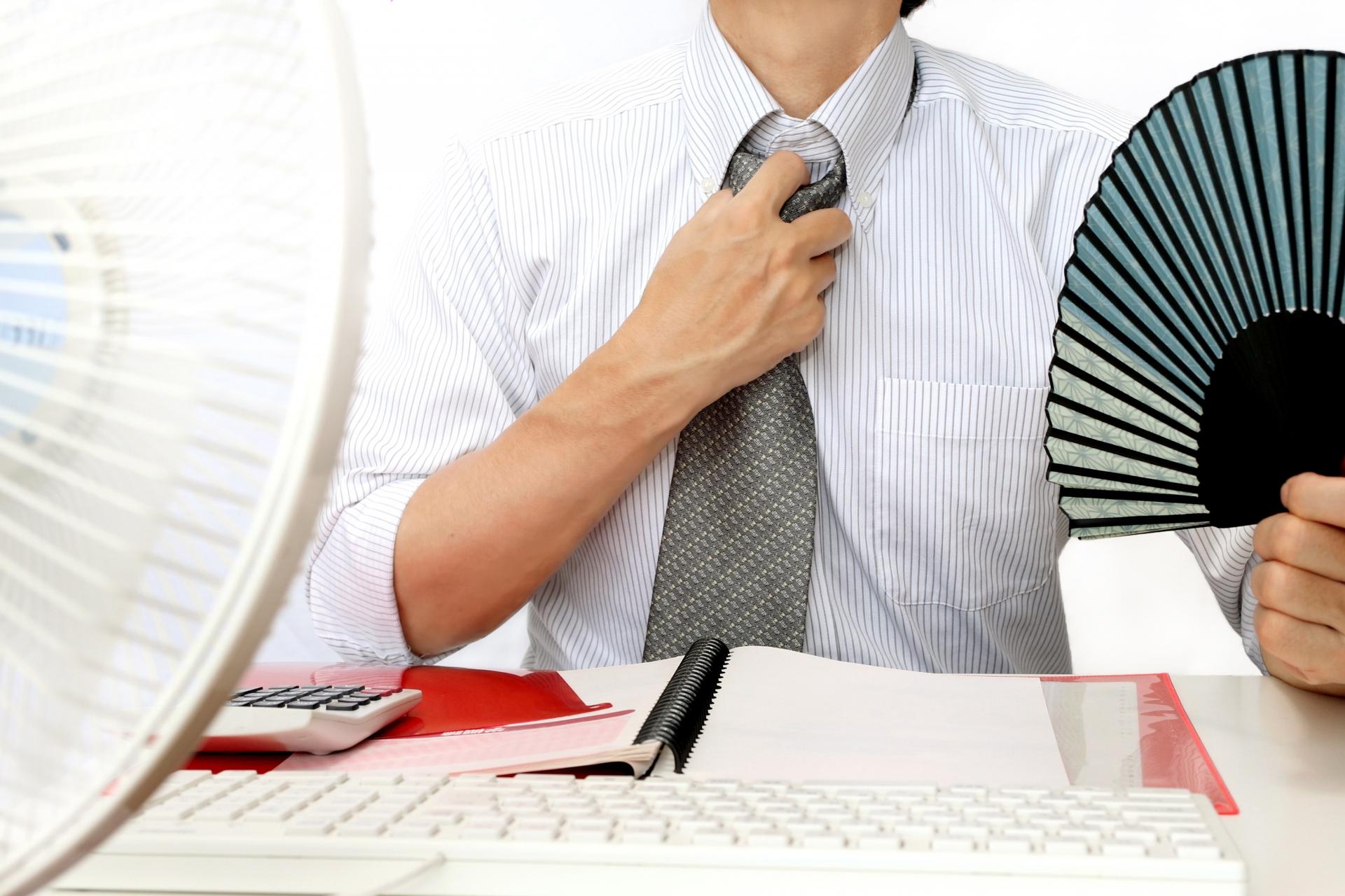 オフィスの暑さ対策おすすめグッズ10選!ミニ扇風機以外も