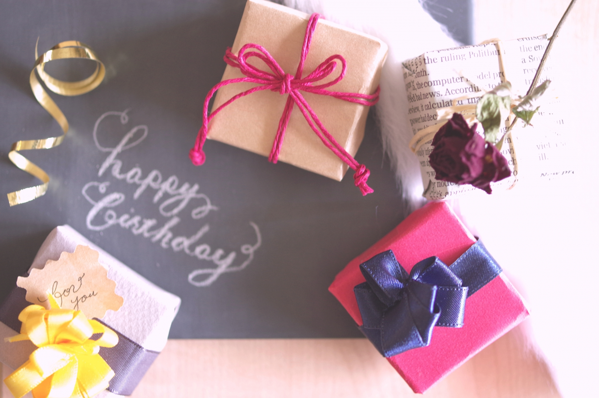女友達に贈る誕生日プレゼントおすすめ30選!時計やブランケットも