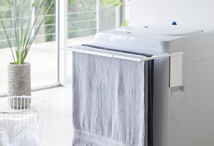 towerの《伸縮洗濯機バスタオルハンガー》は、洗濯機も収納スペースに大変身!