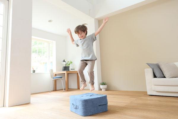 超小型のトランポリン【シェイプキューブ】で雨の日もお家ジム。子どもの室内遊びにも!