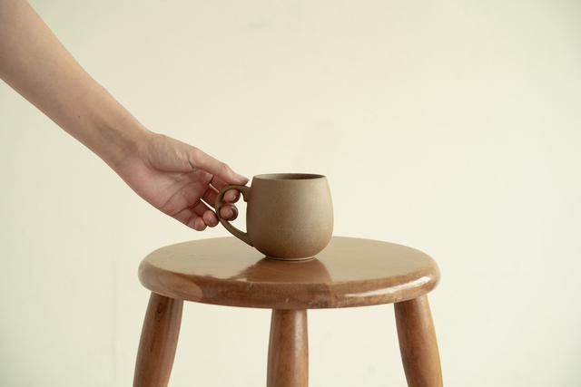 リサイクル陶器から生まれた【BIZENマグカップ】で地球にもホッと一息